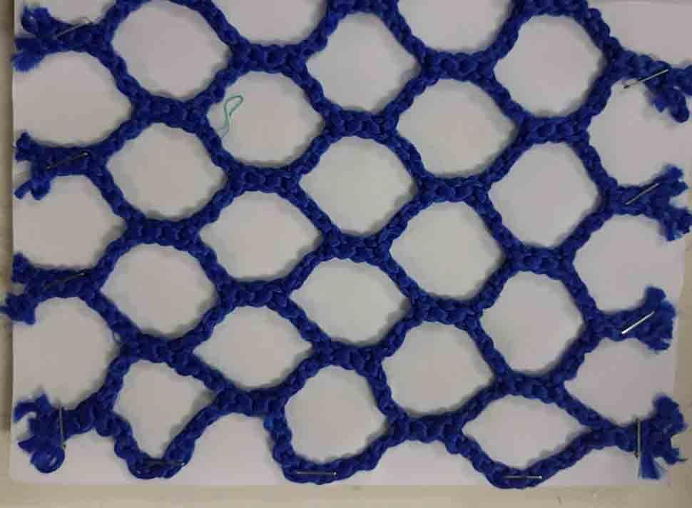 Lưới bảo vệ từ chất liệu polyester nylon có giá thành khá rẻ