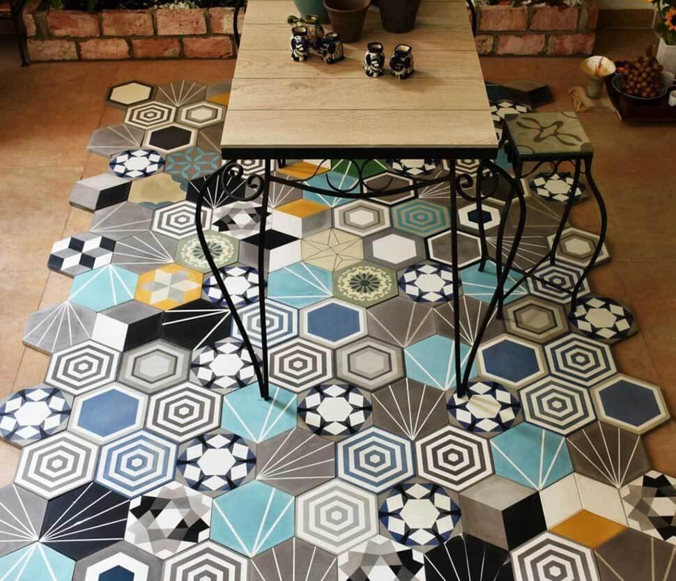 Sử dụng sàn nhà có nhiều họa tiết sẽ khiến không gian thêm rối rắm